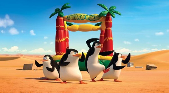 《馬達加斯加爆走企鵝》節奏非常的快,完全不拖泥帶水的就直接帶入主軸,而章魚與企鵝幫的追逐過程也非常好笑,老大講話白目、卡哇伊講話直接,而涼快本身就很好笑,菜鳥就是當可愛的吉祥物用的,各有各的特色,聽四隻企鵝合體對話就加了滿多分的。 其中有一個畫面讓全場都在笑,當四隻企鵝偷溜進去金庫時,地上的線是一黑一白交叉著,結果他們就用滾的,正面反面正面反面一陸滾過去,完全沒想到還有這招。