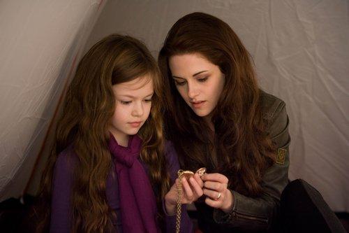 11岁小萝莉卖萌   备受全球影迷瞩目期待的电影《暮光之城:破晓2》图片